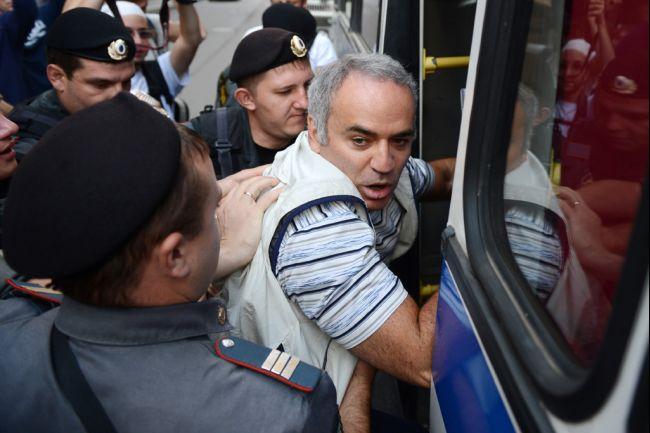 Garry_kasparov_arrested_2012_08-17